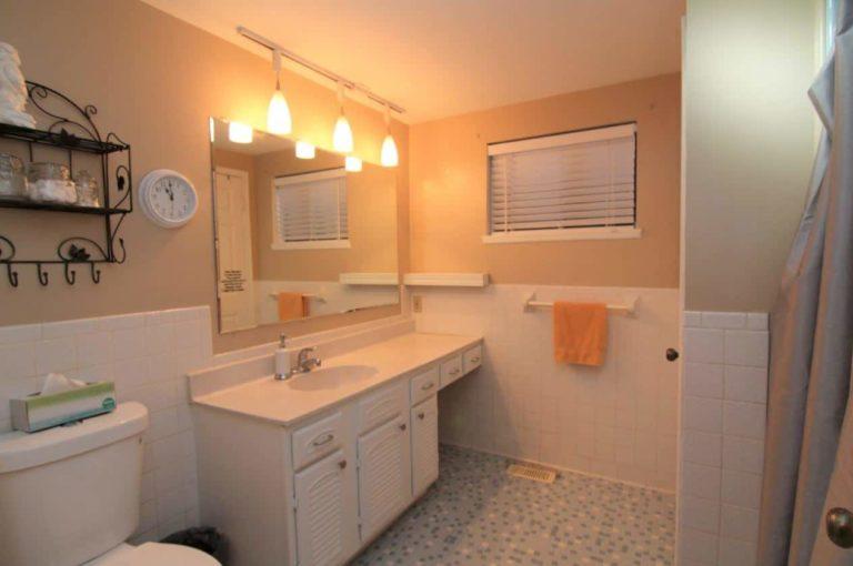 2451 Valleylane Dr Bathroom 2